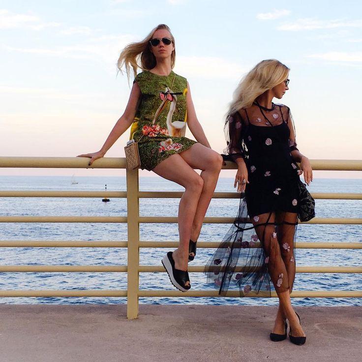 мама, мы в Манака! ✌🏿 добрые дяди пригласили нас на концерт знаменитой рок-группы Скарпеонз, они сказали, если мы будем вести себя хорошо, то мы тоже станем певицами! мы будем с @elenakrygina вести себя хорошо! ждите трансляций! пс: платье Dries Van Noten (чтобы два раза не)