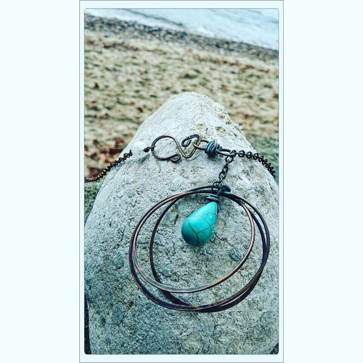 Copper steal wire necklace with turqose stone and white cristal