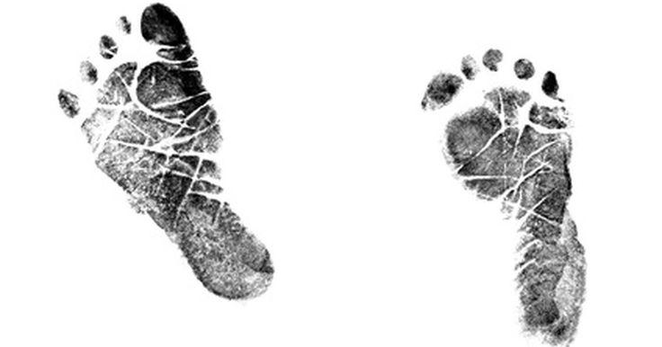 Como imprimir as mãos e os pés de um bebê com tinta. Os bebês crescem muito rápido. Antes que você perceba, eles se tornarão pré-escolares e seus dias infantis se transformarão em vagas memórias. Uma maneira de lembrar esses momentos preciosos é criar impressões da mão e do pé da crianças com tinta. Elas durarão bastante e poderão ser usadas para adicionar um toque especial à muitos presentes e ...
