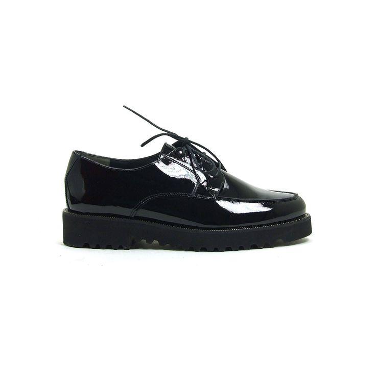 Lak veterschoenen van Paul Green, model 1629! De dames schoenen zijn helemaal van leer en uitgevoerd in zwart lak. Je sluit deze super comfortabele trendy dames schoenen met een veter. De schoenen zijn goed stabiel door de rubberen profielzool. De aanhechting tussen de veterschoenen en de zool is voorzien van een deel van een ritssluiting.