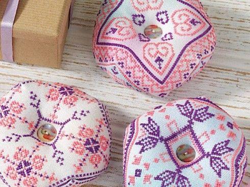 Beautiful Biscornu | Cross Stitching  Leuk speldenkussen, patronen te downloaden na inschrijbpving.