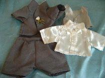 タキシードLサイズグレーには、シャツとシルバー色のベスト、そしてズボンとジャケット、白いバラのブートニアもついています。