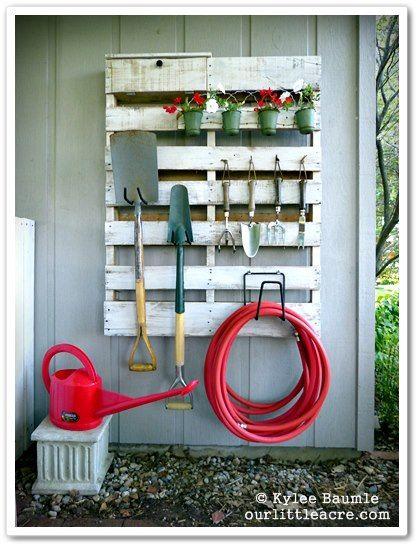 Suas ferramentas para jardinagem podem (e devem) fazer parte da decoração. Ideia simples de usar palete como apoio e todo o charme desta composição.