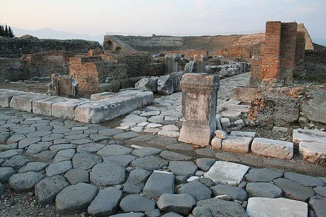 La via Appia che attraversa le rovine di Minturnae (sullo sfondo il teatro romano)  #TuscanyAgriturismoGiratola
