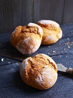 Frisch gebacken: Kürbisbrötchen   So gehts: http://eatsmarter.de/rezepte/kuerbisbroetchen-0