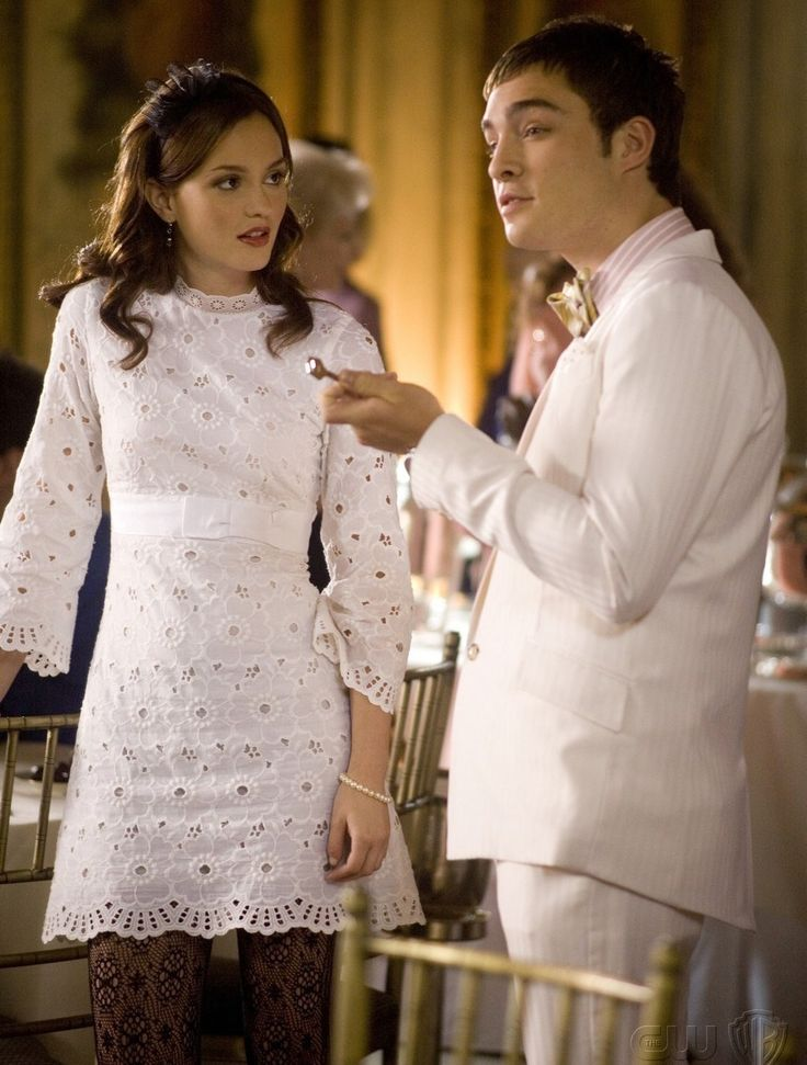 Gossip Girl - TV Série - moda - look - style - estilo - inspiration - inspiração - fashion - boyfriend (namorado) - friends (amigos) - Chuck Bass ( Ed Westwick ) - Blair Waldorf ( Leighton Meester ) -  White Lace Dress (vestido de renda blanco) - tights  black (meia calça de renda preta) - headband - tiara - Blair and Chuck