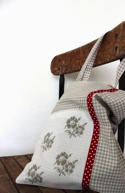 Una borsa per la spesa decorata finemente a punto croce.