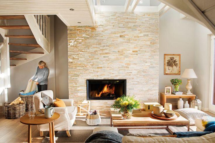salon con chimenea en un piso de montaña con estilo nórdico