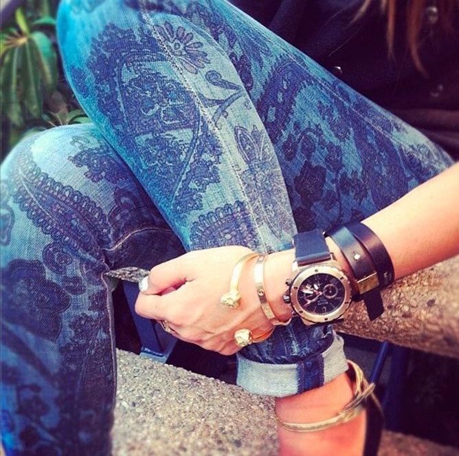 джинсы с принтом и часы с большим циферблатом