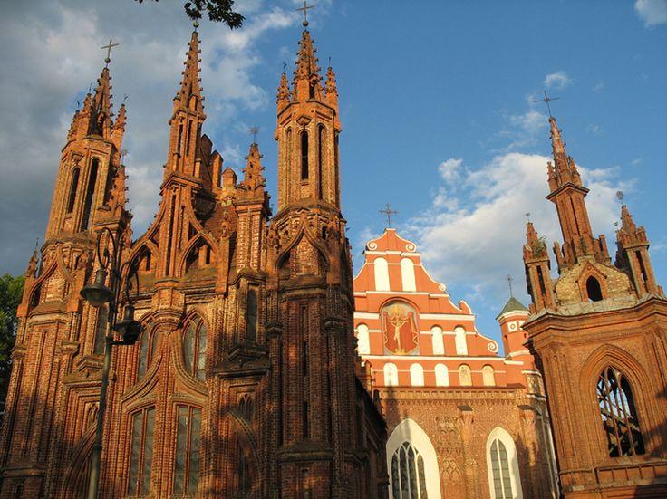 La Lituanie, pays à l'histoire millénaire, entrera dans la zone Euro en janvier 2015. L'occasion de découvrir cette destination champêtre et flamboyante au coeur des Pays Baltes.