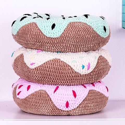 Polish Donut Day! Tłusty czwartek! Nasze pączki mają 0 kcal! Możecie się do nich tulić bezkarnie 😉 . . . . . #kidsdecor #kidsroom #kidstyle #girlsroom #crochet #szydloshop #crochetdonut #crochetcushion #donut #babystyle #babyroom #dzieci #dziecko #donutday #tlustyczwartek