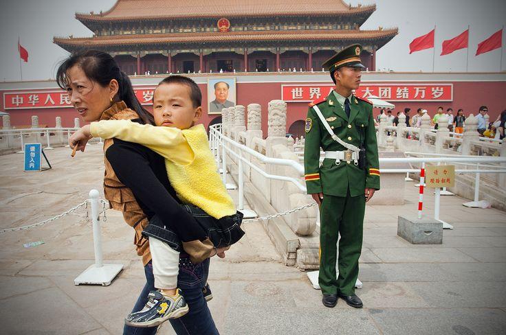 """Как известно в Китае была высокая численность население и уровень рождаемости превышал уровень смертности - демографический кризис. Решением этой проблемы стала политика """"одна семья - один ребёнок"""", которая была запущена в 1979 году и вопрос должен был подняться через тридцать лет. Так в течение четырёх десятилетий одна семья могла обзавестись одним малышом.Данный закон привёл к понижению уровня работоспособных граждан и каждый год он становится ниже.  Ограничения Китая были ослаблены в…"""