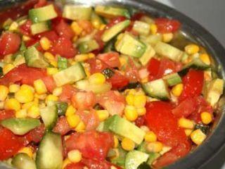 Salade de tomates et avocats au vinaigre balsamique blanc