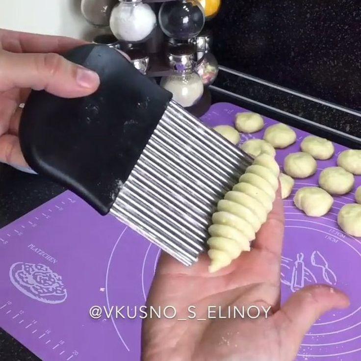 Друзья, делюсь с вами очень вкусными хрустящими печеньями с ореховой начинкой . А какая красивая форма получается