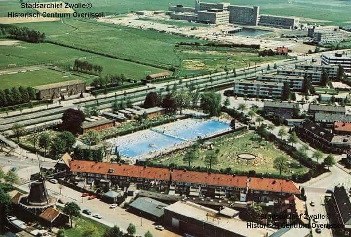 Het Openluchtbad in de jaren 70.  Het toen nieuwe Sophiaziekenhuis op de achtergrond.
