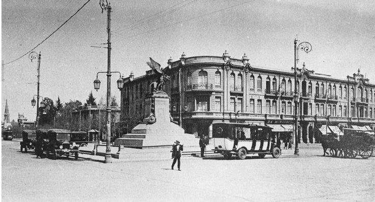 La antigua Plaza Italia, y el edificio Nieto,  Alameda de las Delicias y Vicuña Mackenna.