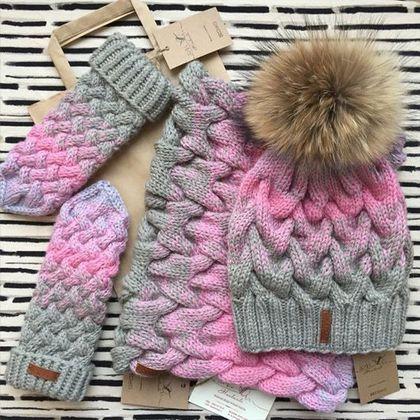 Купить или заказать Комплект шапка+ снуд+варежки в интернет-магазине на Ярмарке Мастеров. Яркий и модный комплект из шапки ,снуда и варежек. Он создан из натуральной и качественной шерсти, которая согревает всегда. Красивое и гармоничное сочетание цветов достигнуто благодаря идеальному градиенту. Шапка украшена съе…