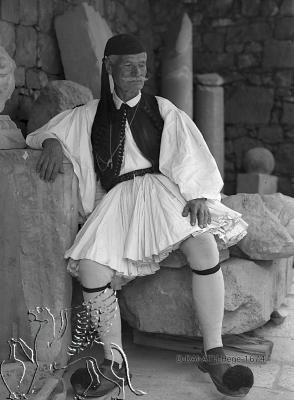 Grieche in Tracht, auf Antiken sitzend, cultural sphere: griechisch Ancient landscape: Attika Aufnahmedatum Bilder: modern, (1928/29). Uni-Koeln