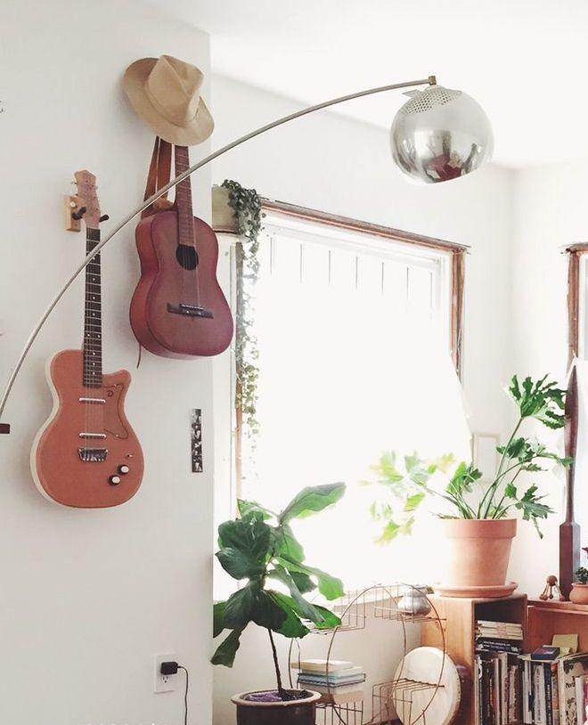 Violões, guitarras e outros instrumentos que ficavam encostados pelas paredes da casa ou enfurnados nos armários podem ser peça-chave da sua decoração.