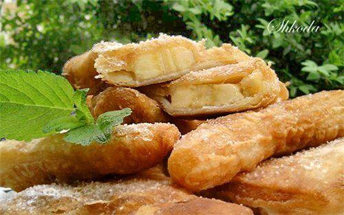 Индийское пироженое (с бананом и белым шоколадом) 500 г слоеного теста (пресного или дрожжевого) 100 г белого шоколада (у меня пористый) 1 крупный банан раст. масло для фритюра  Тесто разморозить. Немного раскатать, разделить на 12 квадратов со стороной 10-12 см. Банан нарезать на медальки, толщиной около 7 мм.На каждый квадратик положить по два-три кусочка шоколада и кружочек банана. Завернуть пирожное по диагонали, плотно залепить край.  Жарить во фритюре на среднем огне до золотистого…