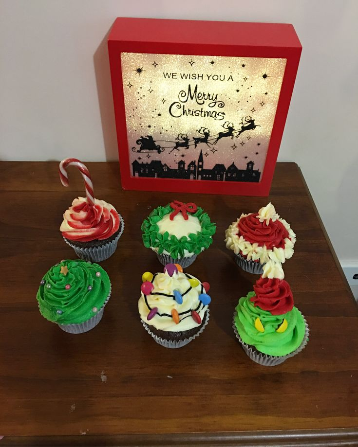 Christmas cupcakes for Noah's kindy teachers. Candy canes, Christmas wreaths, Santa hats, Christmas trees, Christmas lights and little Grinches 🎄🎅🏻🎄 Santa clause. The grinch