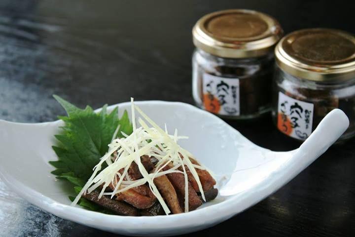 ☆おやじの佃煮 穴子ごぼう☆  日本海でとれた新鮮な穴子と、島根県で育ったシャキシャキのごぼうを炊いたのがこの穴子ごぼう。 穴子のうまみと、ごぼうの甘みとが絶妙にコラボしています。  ごはんに合うのはもちろんのこと、お酒と一緒に頂くとお酒の味がさらに引き立ちますね。  この穴子ごぼうは、京らぎ各店の他、紀ノ国屋でも購入できます。  ※詳しくは、下記の連絡先でご確認ください。 ■京らぎ 松江店 住所:島根県松江市黒田町512-5 電話:0852-25-2233 地図:  http://goo.gl/maps/xHhyy Facebookページ:  https://www.facebook.com/kyoragi55 #島根県 #松江市 #穴子 #ごぼう #佃煮