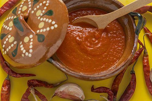 Descubra como se prepara la Salsa de Jitomate en México.
