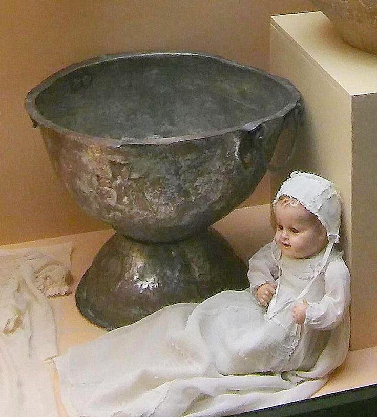 Κουκλα ντυμένη με χειροποιητο ολομέταξο βαπτιστικό.Δίπλα η κολυμβήθρα.