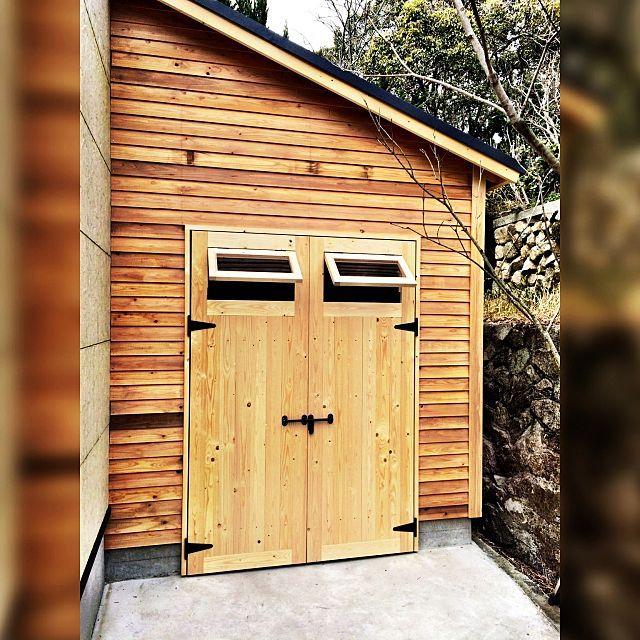 玄関 入り口 ログハウス 物置 小屋 バイクガレージのインテリア実例