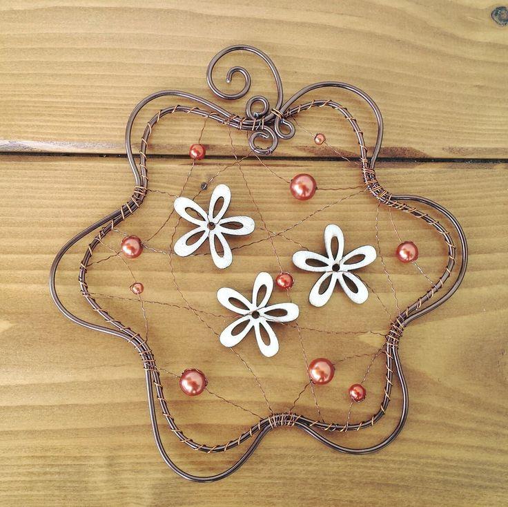 Závěsná+dekorace+květina+Závěs+je+vyrobený+z+hnědého+drátu,+ozdoby+dřevěné+květiny+a+perličky.+Šířka+15,5cm,+výška+16,5cm.