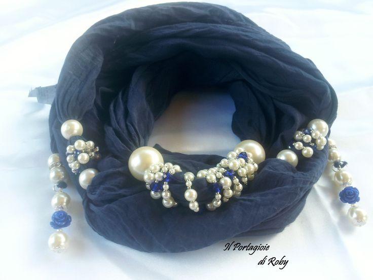Pashmina gioiello nei toni del blu con roselline