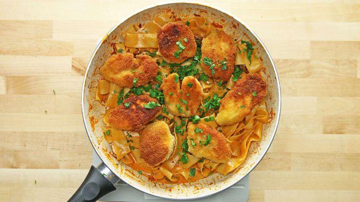 2人分材料:鶏むね肉 1枚 パン粉 150g小麦粉 80g卵 3個 植物油 大さじ5マッシュルーム(4等分に切る)500g ビーフブイヨン 100ml 生クリーム100mlにんにく(みじん切り)1片エシャロット(みじん切り)2個パッパルデッレ(太麺パスタ)200g トマトペースト 小さじ1オリーブオイル 大さじ1 パセリ(みじん切り)少々塩・コショウ 少々作り方1. 鶏むねはひとくち大に切り、薄力粉をまぶして、余分な粉は払う。溶き卵にくぐらせて、パン粉をまぶしたら、植物油を熱したフライパンで揚げ焼きにする。きつね色になったら紙などにとって油を切る。2. フライパンにオリーブオイル、エシャロット、トマトペースト、マッシュルームを入れて、エシャロットが透き通るまで中火で炒める。ビーフブイヨンを加えて、ひと煮立ちさせたら生クリームを加え、塩・コショウで味を調える。3. パッパルデッレを茹でて(2)に加え、ソースとよく和える。4. 皿にパスタを盛って(1)をのせ、パセリをかけたら、完成!