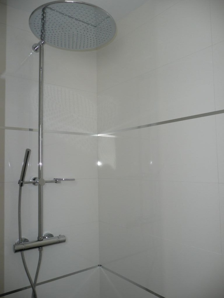 Photo faience de la douche parentale avec baguettes inox for Angle rentrant carrelage mural