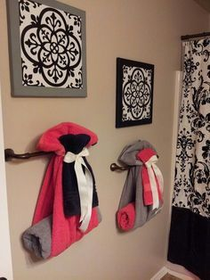 Cute way to hang towels for guest bathroom +++ Toallas en baño de invitados colgadas decora combina varios colores negro gris fucsia decoracion de interiores actual clasica elegante