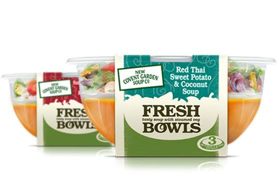"""Design coloré et épuré. Son packaging transparent met en avant les couleurs naturelles des ingrédients. Seulement 2 mots ressortent """"Fresh"""" & """"Bowls"""", le consommateur comprend directement le message : sain et pratique. Cette soupe se détache clairement de sa catégorie et propose une réelle innovation par un packaging en compartiment. Cette nouveauté permet au consommateur de se projeter dans sa dégustation en s'imaginant élaborer son repas avec plusieurs produits, le tout dans un seul…"""
