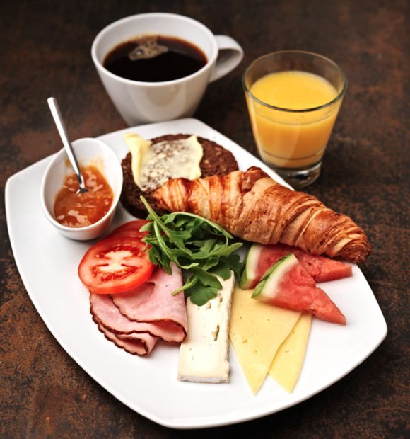 Aamiaislautanen, 7,90 €, Annos sisältää vastapuristetun tuoremehun ja kahvin tai teen. Beanie, E-taso.