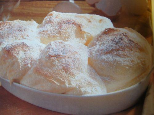 Salzburgi galuska recept Hozzávalók: 7 tojásfehérje 3 tojássárgája 3evőkanálkristálycukor 1evőkanál vaníliás cukor 1evőkanálbúzaliszt 1csipetsó vaj Elkészítése: A tojásfehérjéket egy csipet sóval kemény habbá verjük. Közben fokozatosan hozzáadjuk a kristálycukrot és addig keverjük, amíg fényes hab nem lesz. A tojássárgákhoz hozzáadjuk a vaníliás cukrot és a fehérjehabot. Óvatosan beleforgatjuk a lisztet is. Egy hőálló tálat kivajazunk,(...)