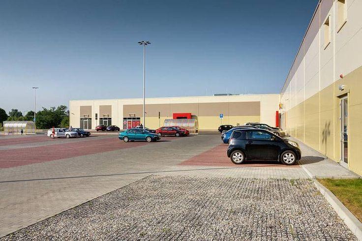 Parking przed galerią handlową wzmocniony kratkami geoSYSTEM