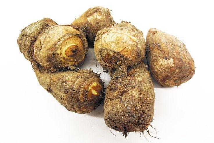 「里芋」 別名「タロイモ」と呼ばれ、貯蔵性がよいので1年中出回っています。  中心に親芋があり、そのまわりに子芋・孫芋・ひ孫芋とたくさんのいもができます。 その様子から、子孫繁栄の縁起物として日本のお正月料理に使われます。  いも類のなかでは低カロリーで、たんぱく質やビタミンB1、カリウムも含んでいます。  煮物、揚げ物、汁物など、和食に良く合います。