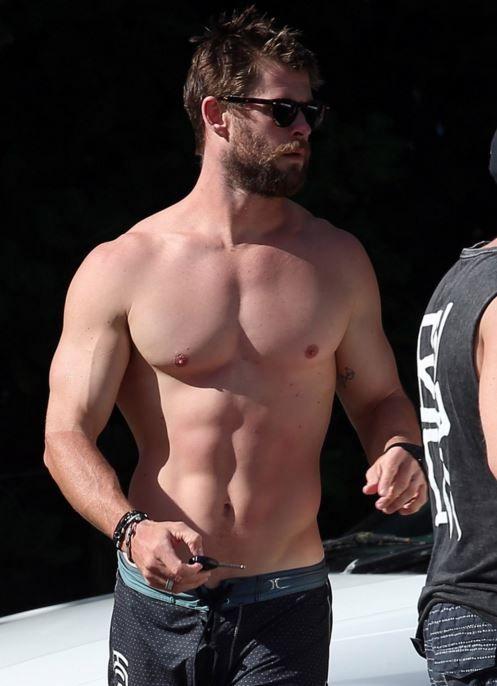 Chris Hemsworth sem camisa na Australia é o que faltava para o seu dia ficar perfeito