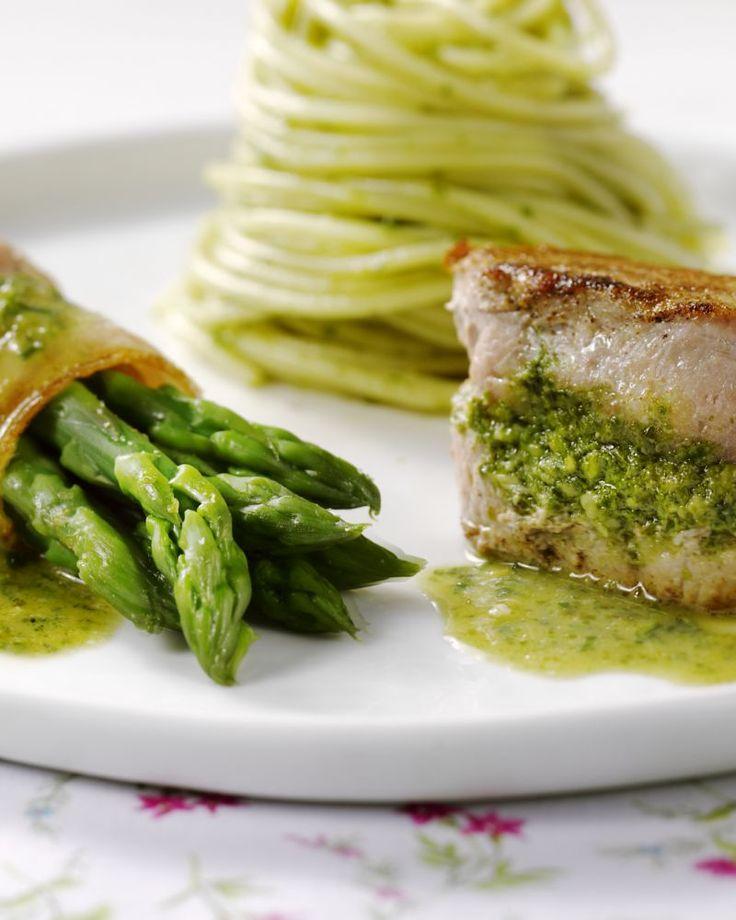 Lekker en origineel is dit varkenshaasje met een pesto op basis van asperges. Heerlijk met aspergerolletjes in spek gewikkeld. Serveer eventueel met wat pasta.