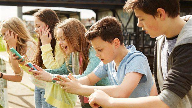 Teenageři v zaujetí svých smartphonů.