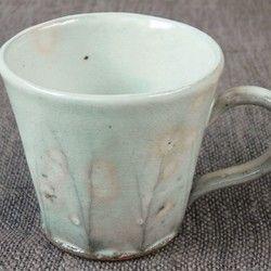 胴の部分に削りが入った、萩焼らしい淡い色合いが特徴の御本手(ごほんで)のマグカップです。大きさ8,5cm(口径)×8cm(高さ)