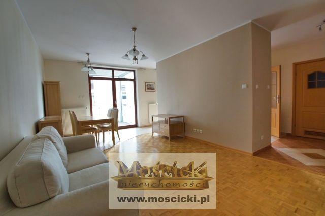 Nowoczesny apartamentowiec, mieszkanie 2-pokojowe 54,44m2, bardzo ładne,  widne na osiedlu Vita Parc na Kabatach, okna wychodzą w kierunku zachodnim.Na w/w  powierzchnię składa się oddzielna kuchnia, salon, sypialnia i łazienka z wanną i przes...