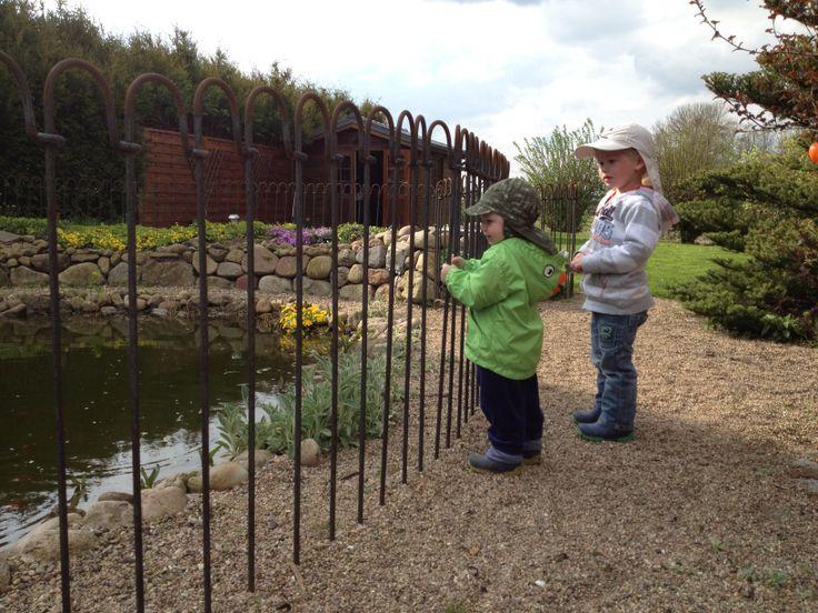 Cloture Jardin Chien #12: Notre Light-clôture Mobile Refuse Le Passage Aux Petits Enfants Et Aux Chien  De Taille Moyenne Et Sécurise Votre étang-jardin.