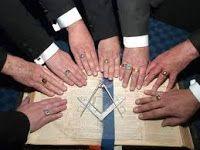 Anéis são usados como ornamentos tanto por homens quanto por mulheres há milênios. Dependendo da cultura, eles podem ter vários significados diferentes, como as tatuagens, tanto pelo símbolo cravado quanto pelo pela localização nos dedos: Compromisso, lealdade, espólios de guerra etc e tal. Este é um pequeno guia para descobrir o que realmente significa quando você coloca um anel em seu dedo.