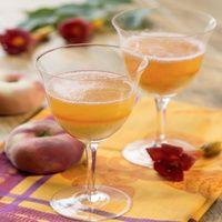 Die Pfirsiche mit kochendem Wasser überbrühen, abschrecken und die Haut abziehen. Früchte entsteinen und fein pürieren. Das Fruchmus in vier Gläser...
