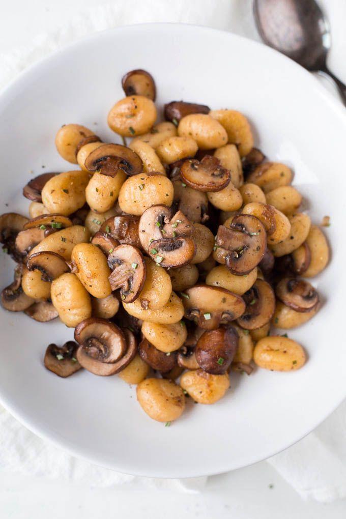 Für die Gnocchi mit Champignons und Parmesan braucht ihr nur sechs Zutaten! 20 Minuten und SO lecker - http://kochkarussell.com