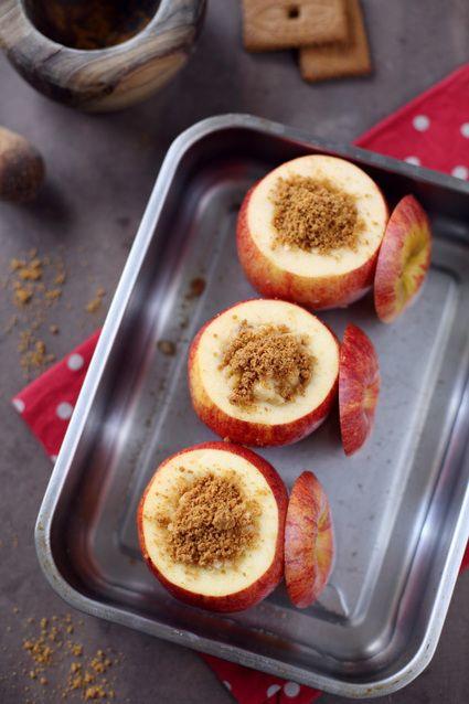 Pommes au four, farcies aux spéculoos, amandes, miel et cannelle