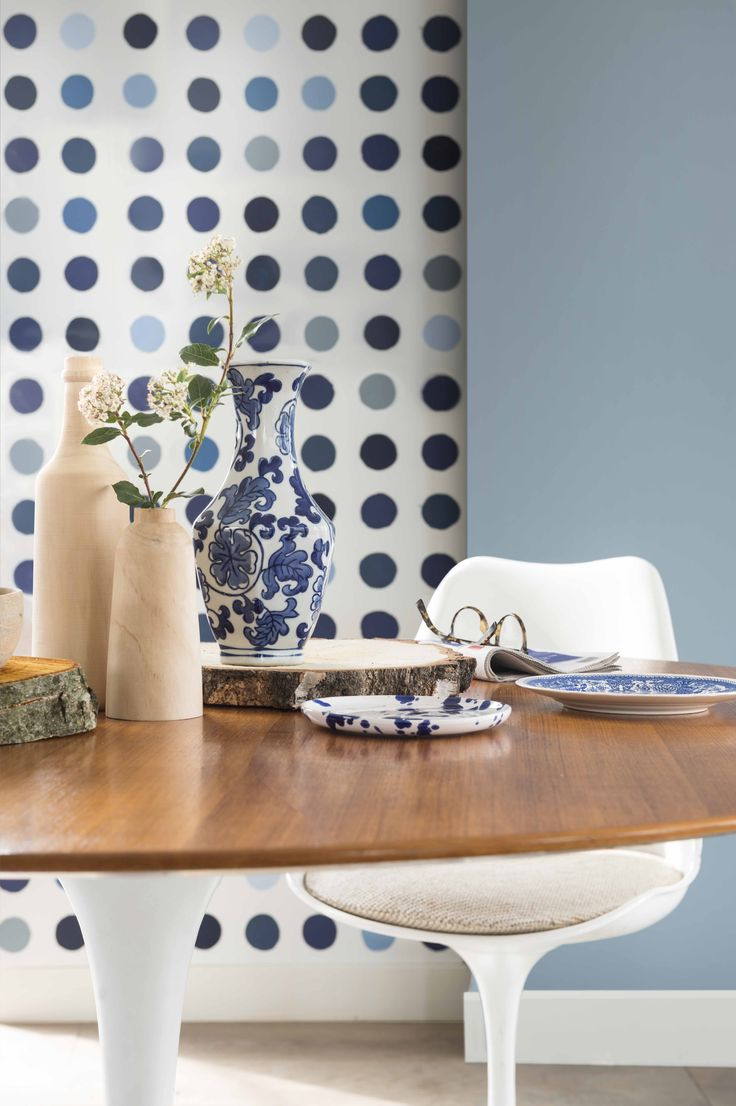 Love this mix of polka dot feature wall and natural wood! Such a beautiful way to rock the denim drift colour trend for 2017. See other ways Dulux want us to use this colour on the blog.